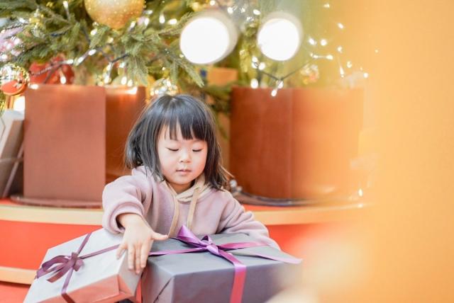 クリスマスプレゼントを開ける子供