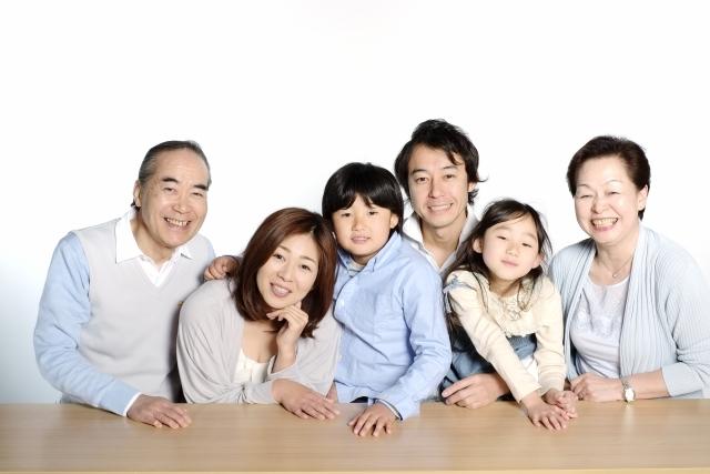 家族が微笑んでいる画像