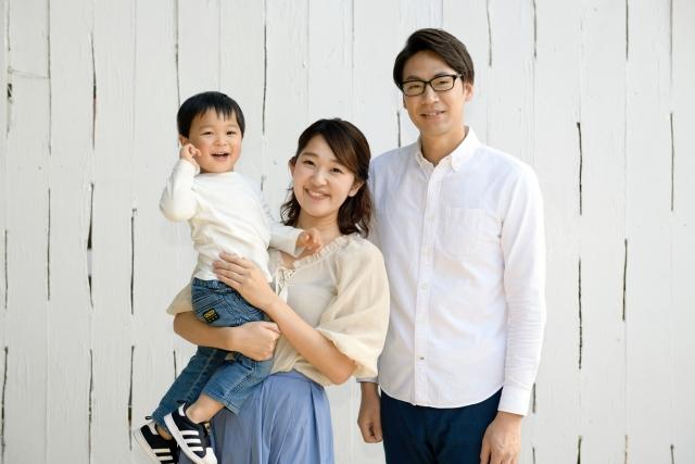 笑顔の若夫婦と子供の写真
