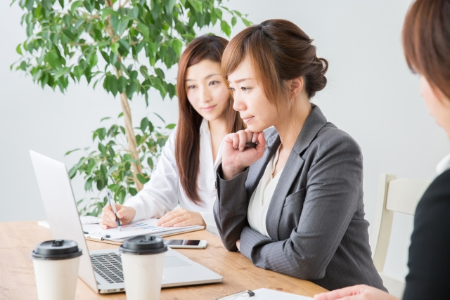 女性社員がパソコンを操作している写真