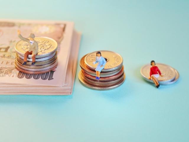 金額別に座る人形で格差を表現している写真