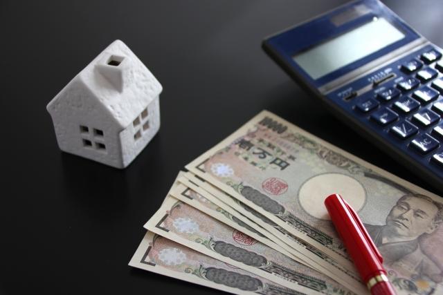 住宅の模型と電卓